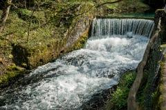 导致瀑布11的半圆水坝 免版税库存照片