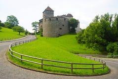 导致瓦杜兹城堡的路在列支敦士登 免版税库存照片