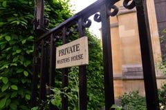 导致私有庭院的老铁门 免版税库存照片