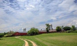 导致红色谷仓的乡下公路 库存图片