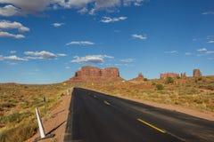 导致纪念碑谷的路在亚利桑那 免版税图库摄影