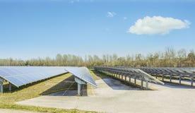 导致绿色能量的太阳电池板 图库摄影