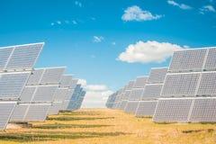 导致绿色能量的太阳电池板 库存图片