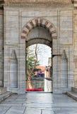 导致蓝色清真寺,伊斯坦布尔,土耳其法院的被打开的门  库存照片