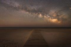 导致银河星系的木板走道 免版税库存照片
