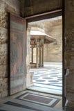 导致阿尔苏丹Al查希尔Barquq清真寺,开罗,埃及庭院的被打开的门  免版税库存照片