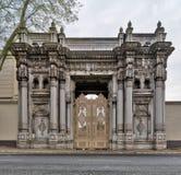 导致Ciragan宫殿的其中一个门在Ciragan街,位于Beshektash的一个前无背长椅宫殿,伊斯坦布尔,土耳其 免版税库存图片