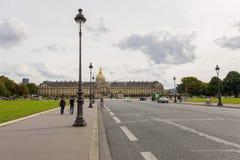 导致Invalids的议院,巴黎的街道 免版税库存照片