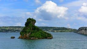 导致Kouri海岛的桥梁在冲绳岛 免版税库存图片