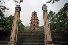 导致Thien Mu塔的步 库存图片