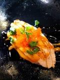 寿司三文鱼用被烧的调味汁 免版税库存照片
