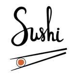 寿司书法,手拉的字法 拿着与三文鱼的筷子卷隔绝在白色背景 库存照片