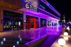 寿司休息室在伦敦苏豪区购物和娱乐区在晚上, Sharm El谢赫,埃及摆正 免版税图库摄影