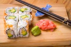 寿司加利福尼亚滚动开胃菜用米鲕梨 免版税图库摄影