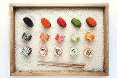寿司卷和gunkan在米的木制框架 免版税库存图片