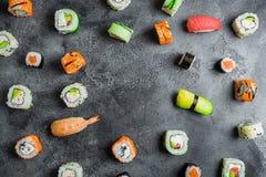 寿司卷圆的框架在黑暗的背景的 日本食物框架 平的位置 库存图片