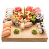 寿司卷在一块木板材服务在餐馆 免版税图库摄影