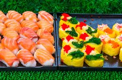 寿司卷日本纤巧 从米和鱼或者海鲜,泰国,亚洲的日本传统食物 库存图片