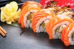 寿司卷特写镜头 日本食物在餐馆 滚动用三文鱼、鳗鱼、菜和飞鱼鱼子酱 库存图片