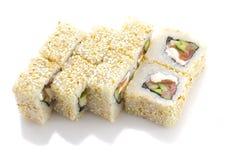 寿司卷用三文鱼乳酪和菜在被隔绝的芝麻滚动了 库存照片