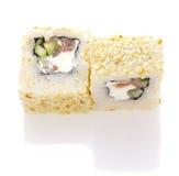 寿司卷用三文鱼乳酪和菜在被隔绝的芝麻滚动了 库存图片