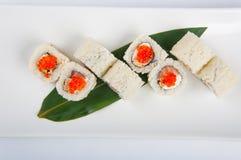 寿司卷用乳脂干酪,三文鱼,炒蛋,红色鱼子酱 库存照片