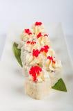 寿司卷用乳脂干酪,金枪鱼,红色鱼子酱 库存照片
