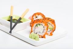 寿司卷用在板材的鱼子酱 免版税图库摄影