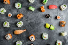 寿司卷的样式在黑暗的背景的 圆的食物框架 平的位置 免版税库存照片