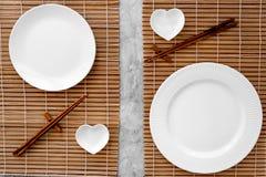 寿司卷的表设置 在席子的空的板材在灰色台式视图大模型的筷子附近 免版税图库摄影