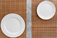 寿司卷的表设置 在席子的空的板材在灰色台式视图大模型copyspace 免版税库存照片