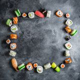 寿司卷食物框架在黑暗的背景的 日本食物 平的位置 顶视图 库存图片
