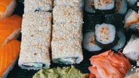 寿司卷, nigiri, maki,与三文鱼、鳗鱼、虾,费城乳酪和其他的Gunkan巨大挑选品种  股票录像