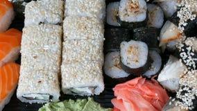 寿司卷, nigiri, maki,与三文鱼、鳗鱼、虾,费城乳酪和其他的Gunkan巨大挑选品种  股票视频