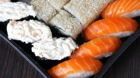 寿司卷, nigiri, maki,与三文鱼、鳗鱼、虾,费城乳酪和其他的Gunkan巨大挑选品种  影视素材