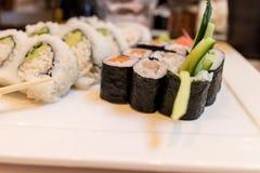 寿司卷组合在白色板材。 库存图片