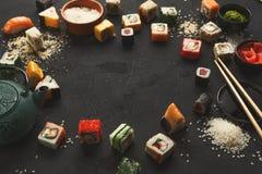 寿司和卷背景,在黑色的框架 免版税库存照片