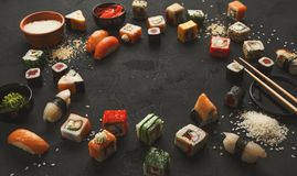 寿司和卷背景,在黑色的框架 免版税库存图片