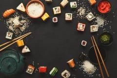 寿司和卷背景,在黑,顶视图的框架 图库摄影