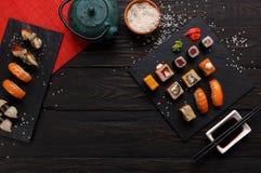 寿司和卷背景,在黑,顶视图的框架 免版税库存照片