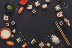 寿司和卷背景,在黑,顶视图的框架 免版税图库摄影
