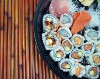 寿司和生鱼片盛肉盘 库存图片