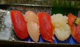寿司在地方餐馆设置了在东京,日本 免版税图库摄影