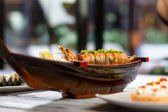 寿司小船用煮熟的虾 库存图片