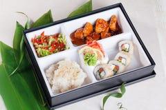 寿司工作午餐箱子,三文鱼teriyaki,卷 库存图片