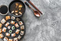 寿司持续的和大酱汤 库存图片