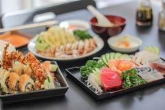 寿司日本美味的盘肉鱼三文鱼可口鱼片食物装饰山葵Saba米汤沙拉 图库摄影