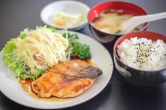 寿司日本美味的盘肉鱼三文鱼可口鱼片食物装饰山葵Saba米汤沙拉Mayonnais 免版税库存图片