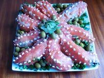 寿司沙拉章鱼在红色鱼板材包裹的海鲜盘  免版税库存图片