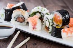 寿司的不同的类型在牌照的 免版税图库摄影